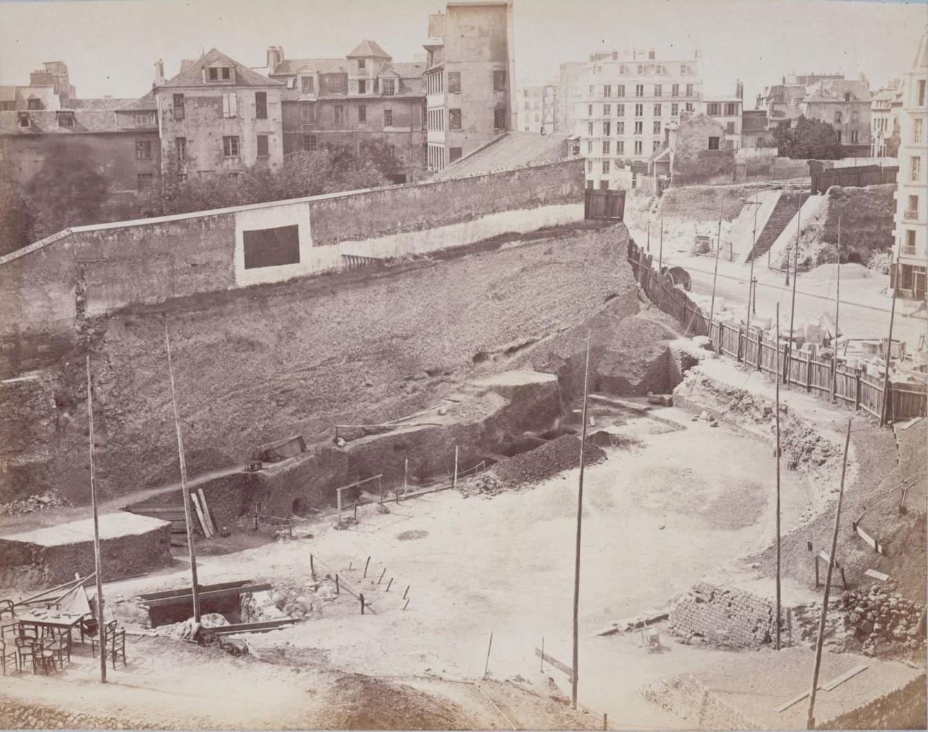 Рю де Аренас. Раскопки круговой стены с целлой. Вид из монастыря. 1883