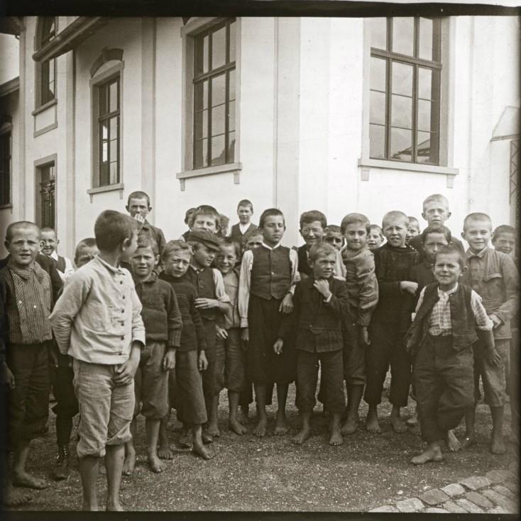 1907. Толпа мальчишек у школы. Швейцария, Тагервилен