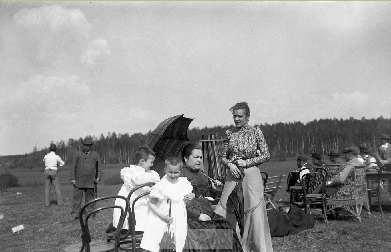 1899. Девочки среди зрителей на соревнованиях по стрельбе. Химка, Московская губерния