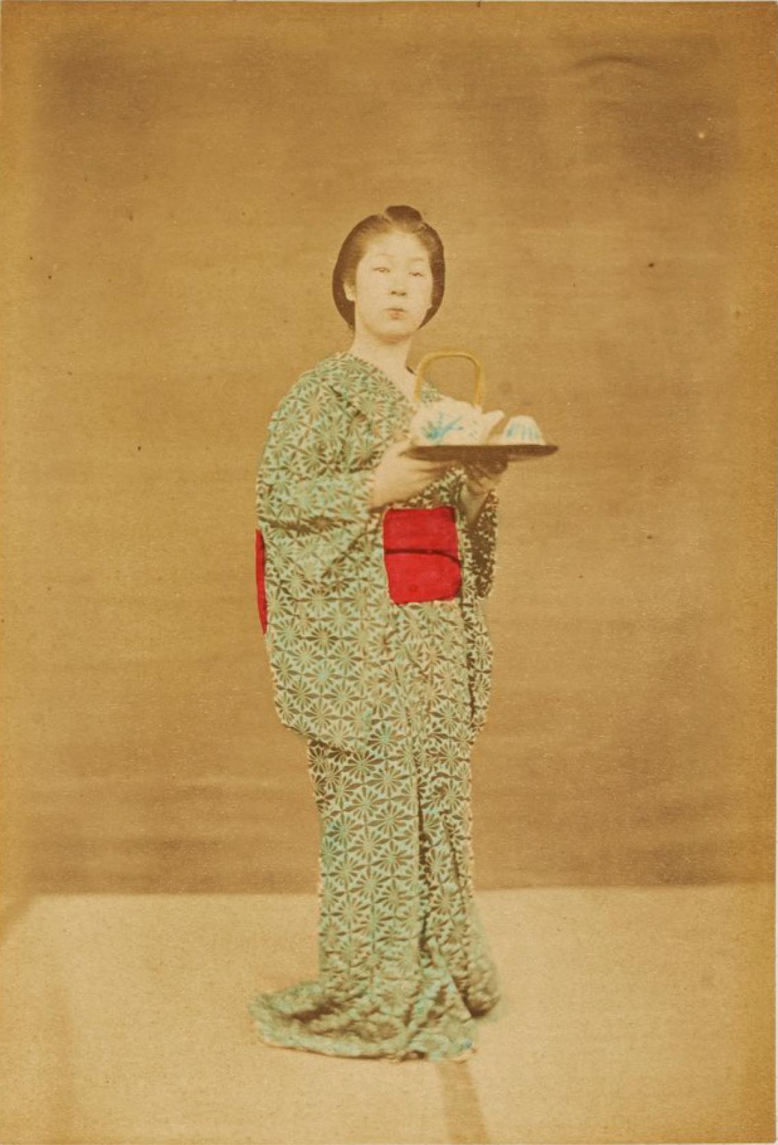 Молодая служанка несет поднос с чаем