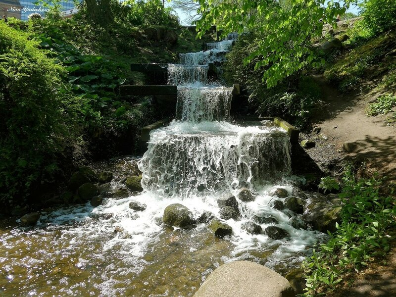 Водопад в парке цветов