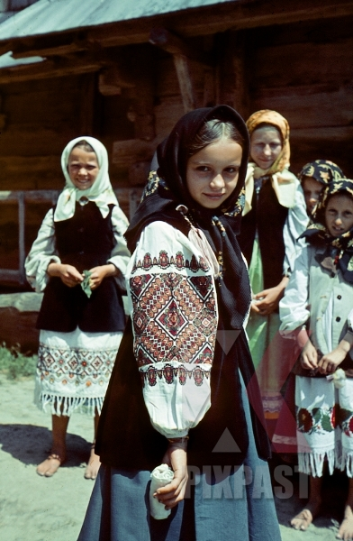 stock-photo-farming-children-in-poltava-ukraine-1941-wearing-traditional-local-costume-12670.jpg