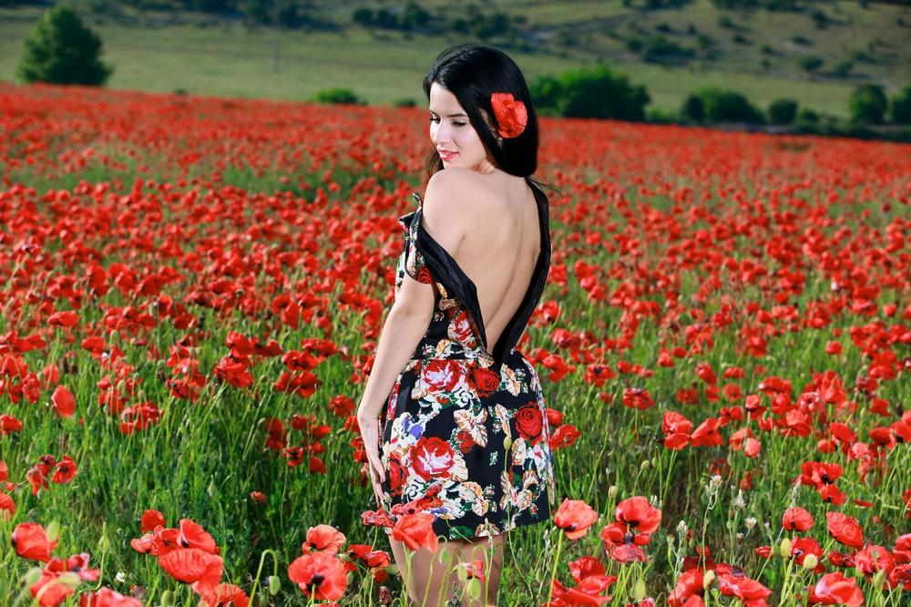 Симпатичная брюнетка на цветочной поляне