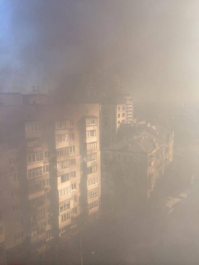 """Под офисом """"Киевгорстроя"""" горят шашки и шины, """"Азов"""" заблокировал вход"""