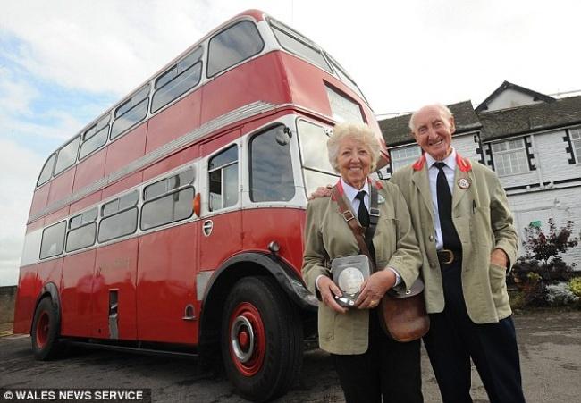На 60-летнюю годовщину мужчина подарил жене автобус, с которого началась их история (7 фото)