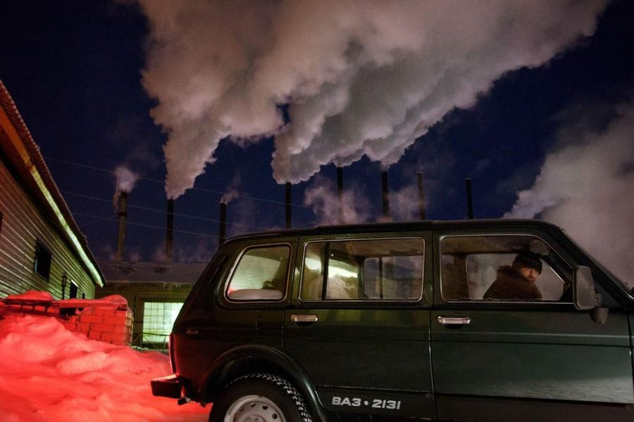4. Автомобиль на фоне дымящихся заводских труб в Нарьян-Маре, административном центре Ненецкого авто