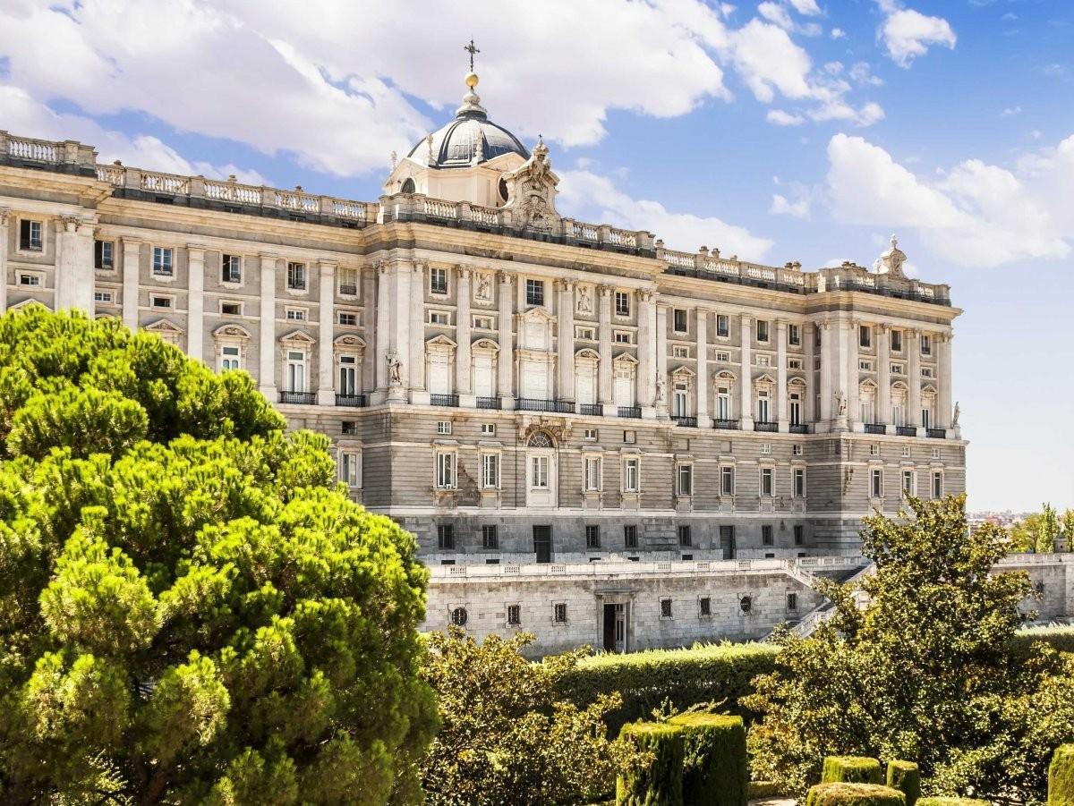 76. Прогуляйтесь по саду Королевского дворца в Мадриде, Испания.