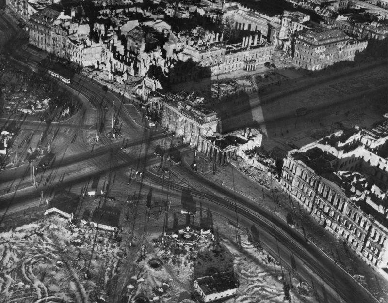 14. Парижская площадь: неоклассические Бранденбургские ворота – единственные оставшиеся в Берл