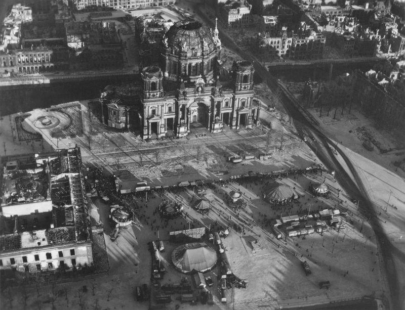 20. Берлинский собор сгорел во время налета 24 мая 1944 года. Оно разрушилось, и пол церкви раскроши