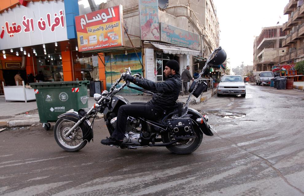 11. Иракец на мотоцикле в районе Багдада Каррада. (Saad Shalash//Reuters)