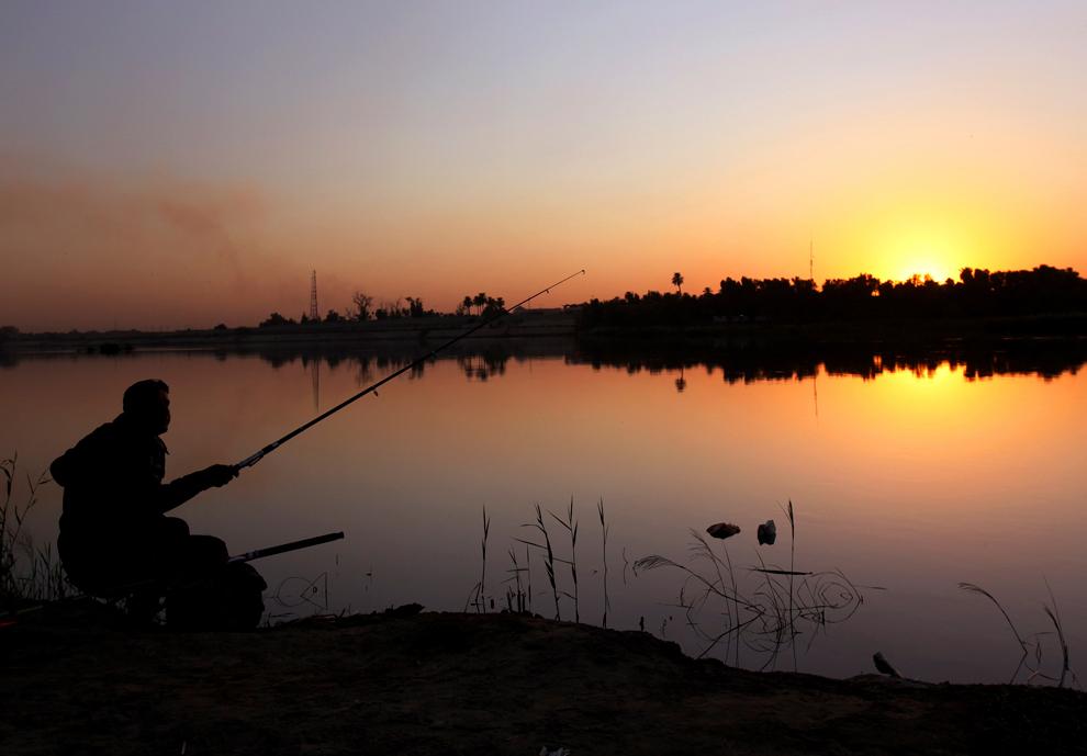 20. Рыбак на закате у реки Тигр в Багдаде. (Shannon Stapleton/Reuters)
