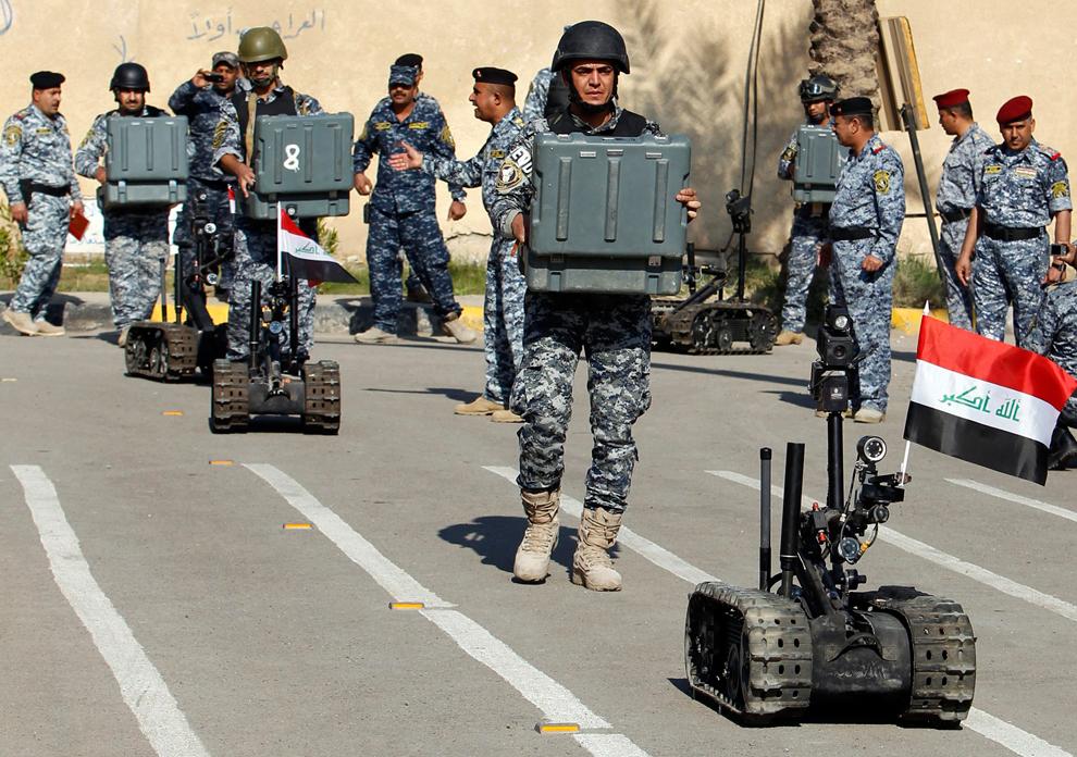 25. Члены отряда саперов иракской федеральной полиции с роботами дистанционного управления на 7-ой г