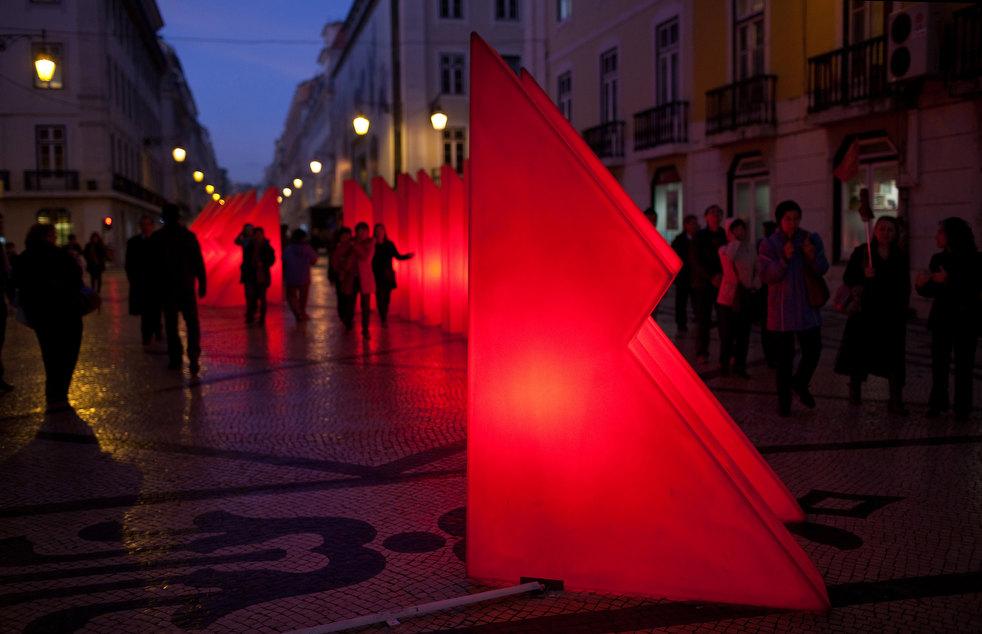 2. Пешеходы гуляют вокруг рождественских декораций на главной торговой улице Руа Августа в Лиссабоне