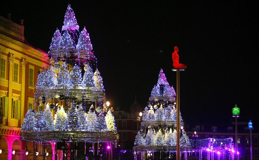 9. Рождественские огни на главной площади Ницце. (AP / Lionel Cironneau)