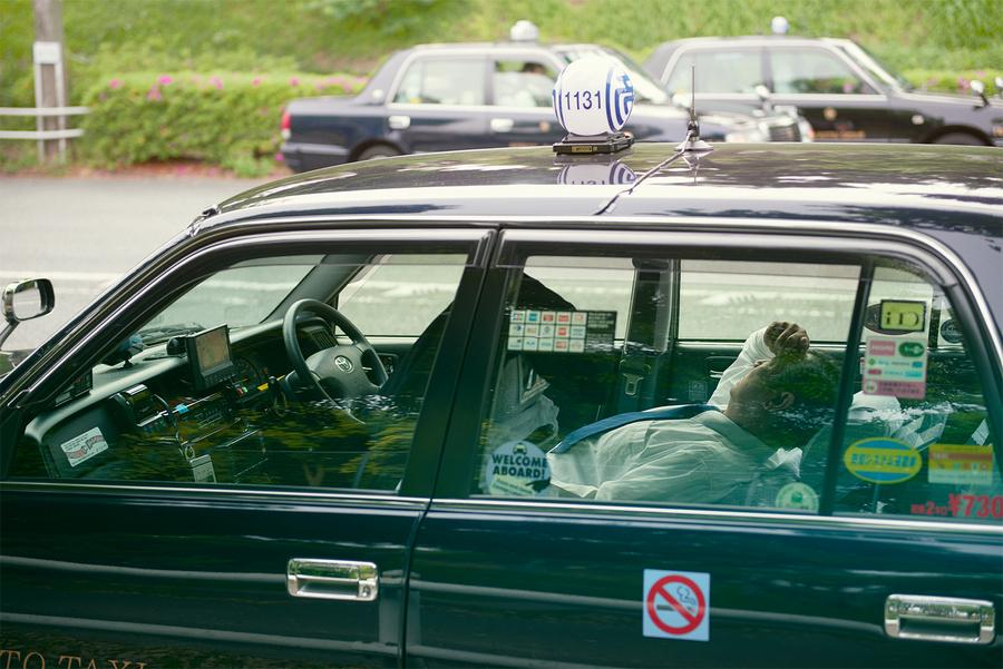 Спящие посреди улицы в середине дня японские таксисты в фотосерии Уильяма Грина (9 фото)