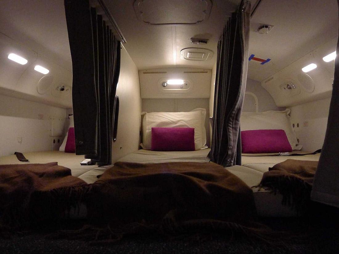 8. Вот так выглядят спальни в хвостовой части Boeing 787.