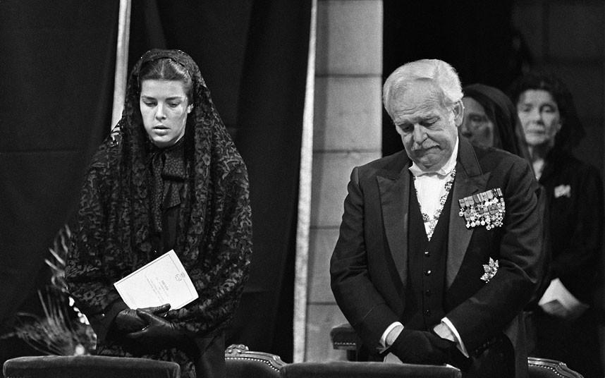 36. 18 сентября 1982 года. Князь Монако Ренье и его старшая дочь на похоронах 10-й княгини Монако Гр