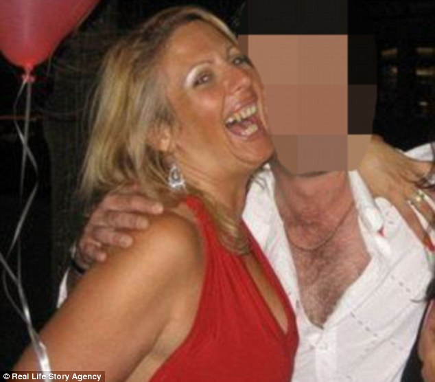 Женщина считает, что главный секрет знакомства с молодыми и привлекательными парнями — дружелюбный н