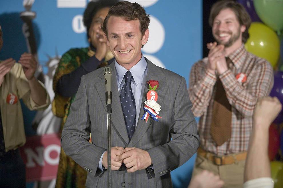 6. Первый политик Харви Милк (Шон Пенн), успешно боролся за права геев, но его политическая карьера