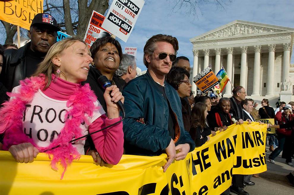 8. В марше против войны в Ираке, состоявшемся в 2007 году возле здания американского Верховного суда