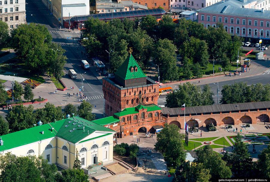 4. Дмитриевская башня — главная башня и главные ворота Нижегородского кремля. Является неофициальным