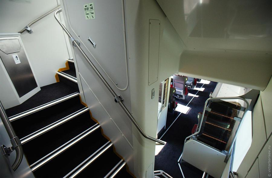 6. Лестницы на первый и второй этаж в вагоне первого класса.