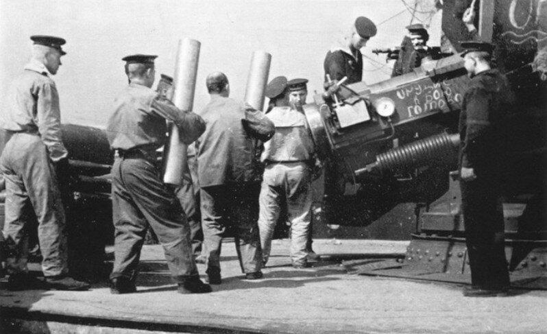Подготовка 254-мм орудия к контрбатарейному огню. Бойцы артиллерийского расчета подают гильзы с пороховым зарядом.  Лето 1943 года.