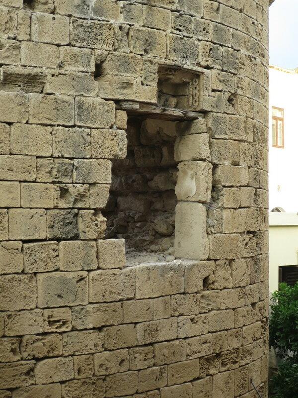 Кирения. Фрагмент прямоугольного окна башни (B)