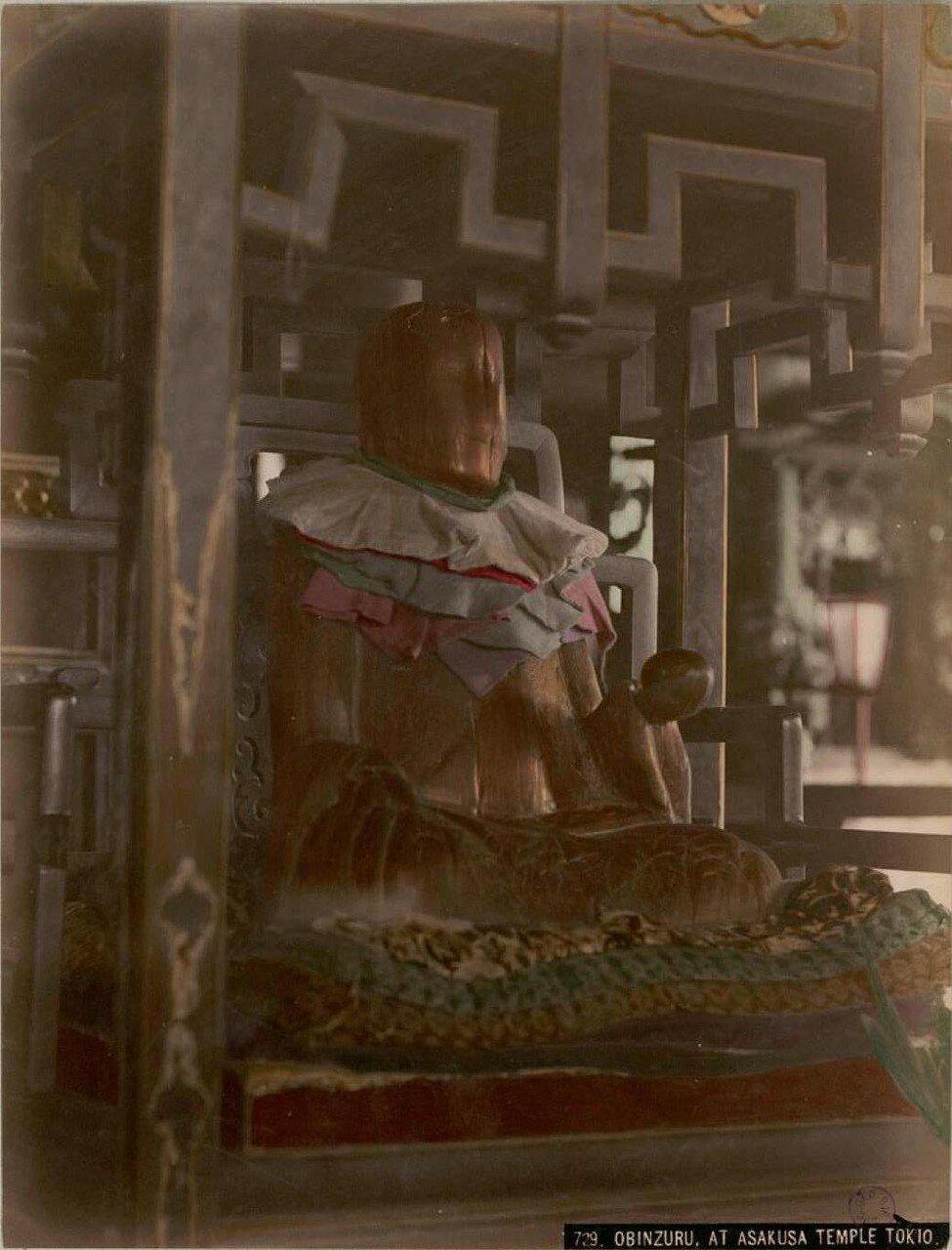 Токио. Квартал Асакуса. Обинзуру. Внутри храма Сэнсо-дзи