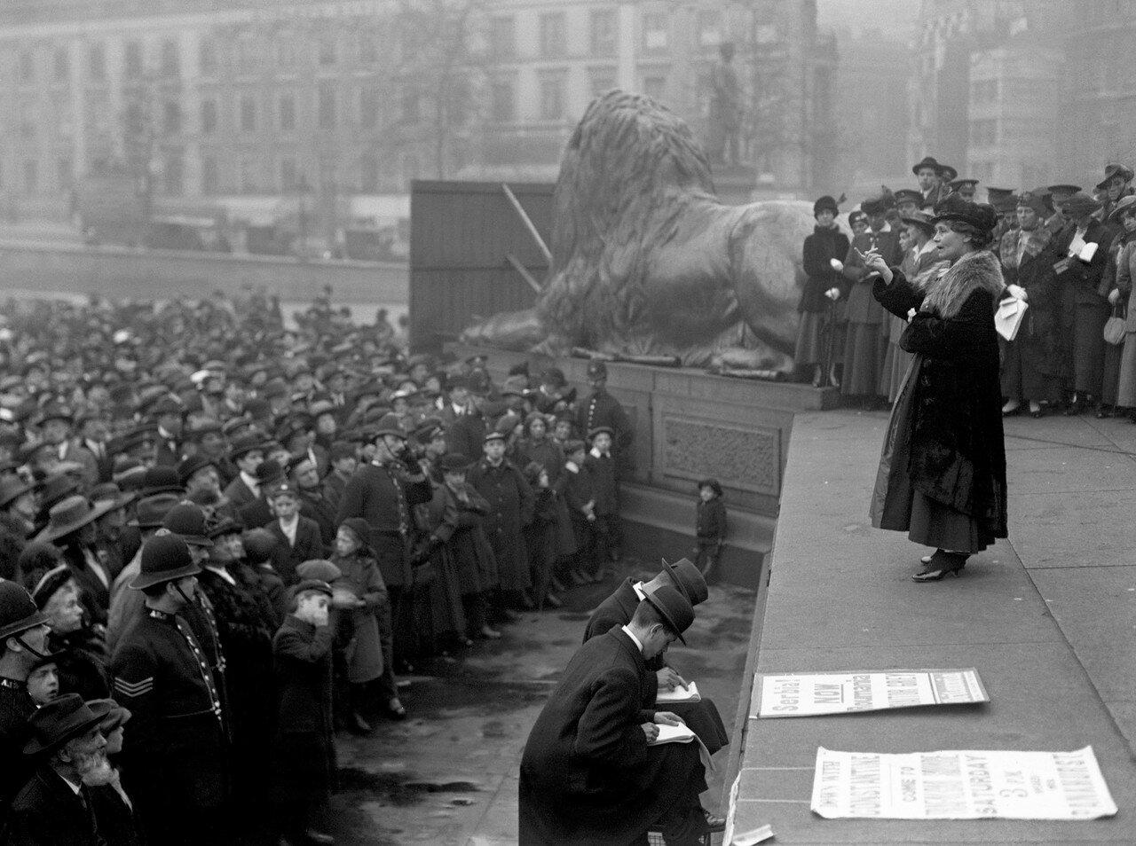 1916. Сильвия Панкхерст выступает на большом митинге во время Румынского кризиса, и призывает правительство поддержать союзников Британии на Балканах