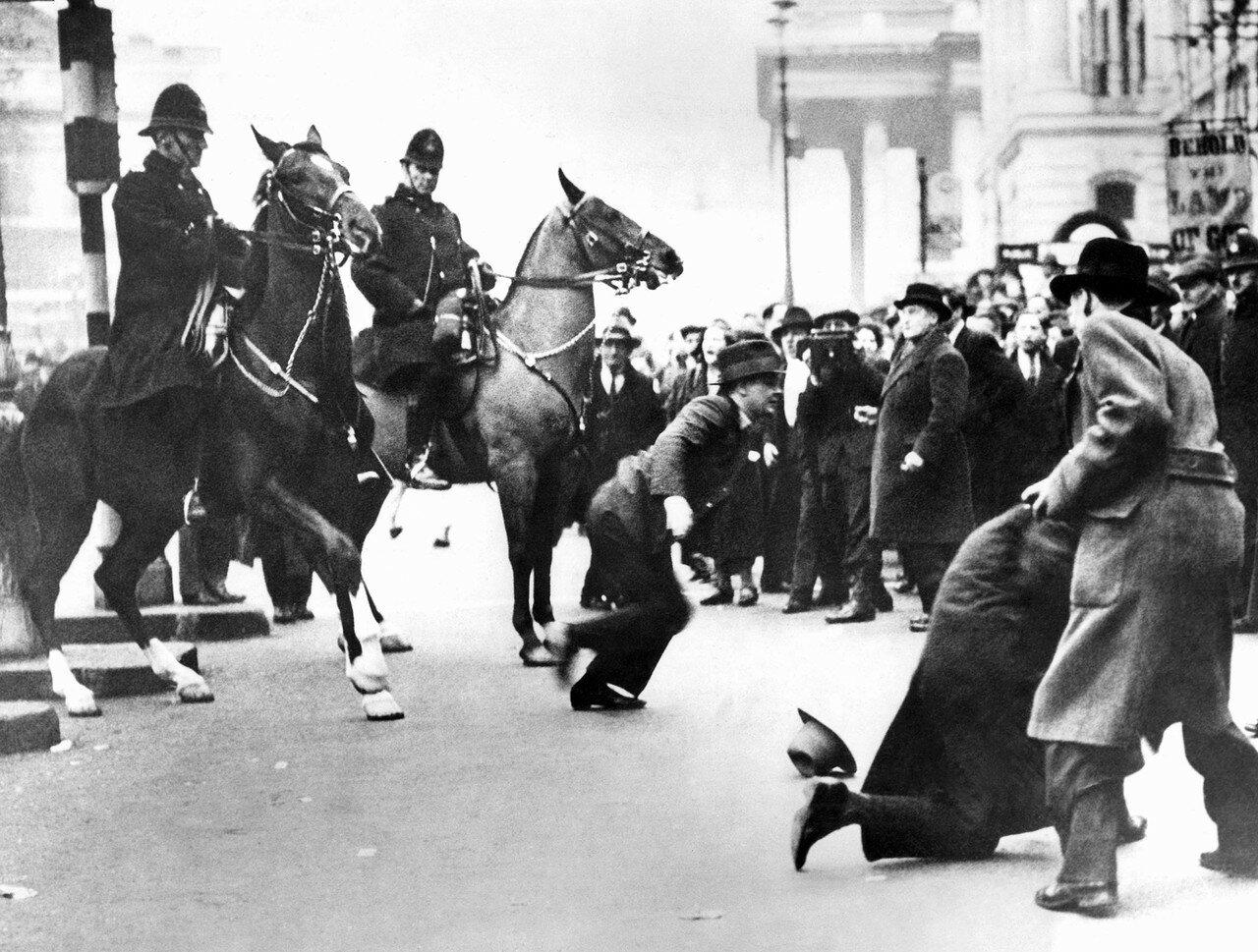 1934. 4 марта. Инцидент на Трафальгарской площади, случившийся, когда тысячи людей вышли на так называемую «демонстрацию голодных»