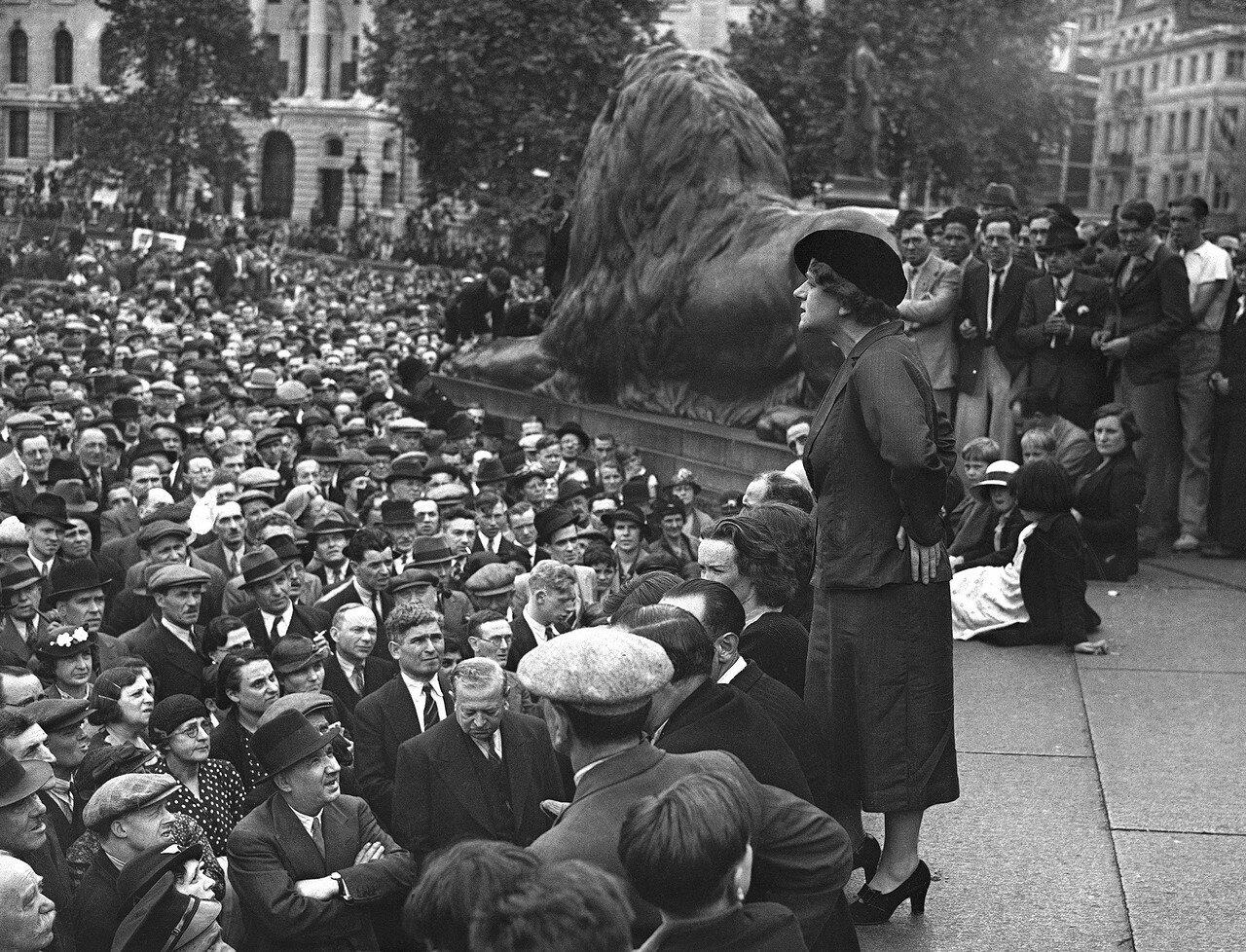 1937. 11 июля. Мисс Эллен Уилкинсон, депутат парламента от лейбористской партии,  выступает на Трафальгарской площади во время большой демонстрации в поддержку международной политики лейбористов по Испании