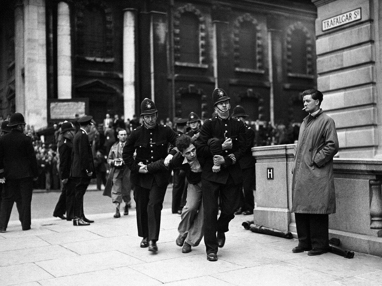1937. 4 июля. Полиция задерживает демонстранта во время митинга Британского союза фашистов сэра Освальда Мосли на Трафальгарской площади