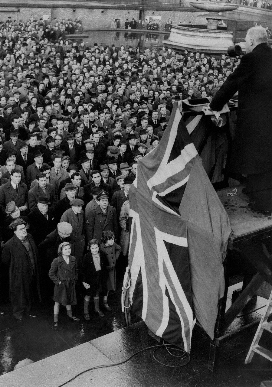 1944. 21 декабря. Доктор Хейден, депутат от лейбористской партии на Трафальгарской площади во время демонстрации против греческой политики британского правительства