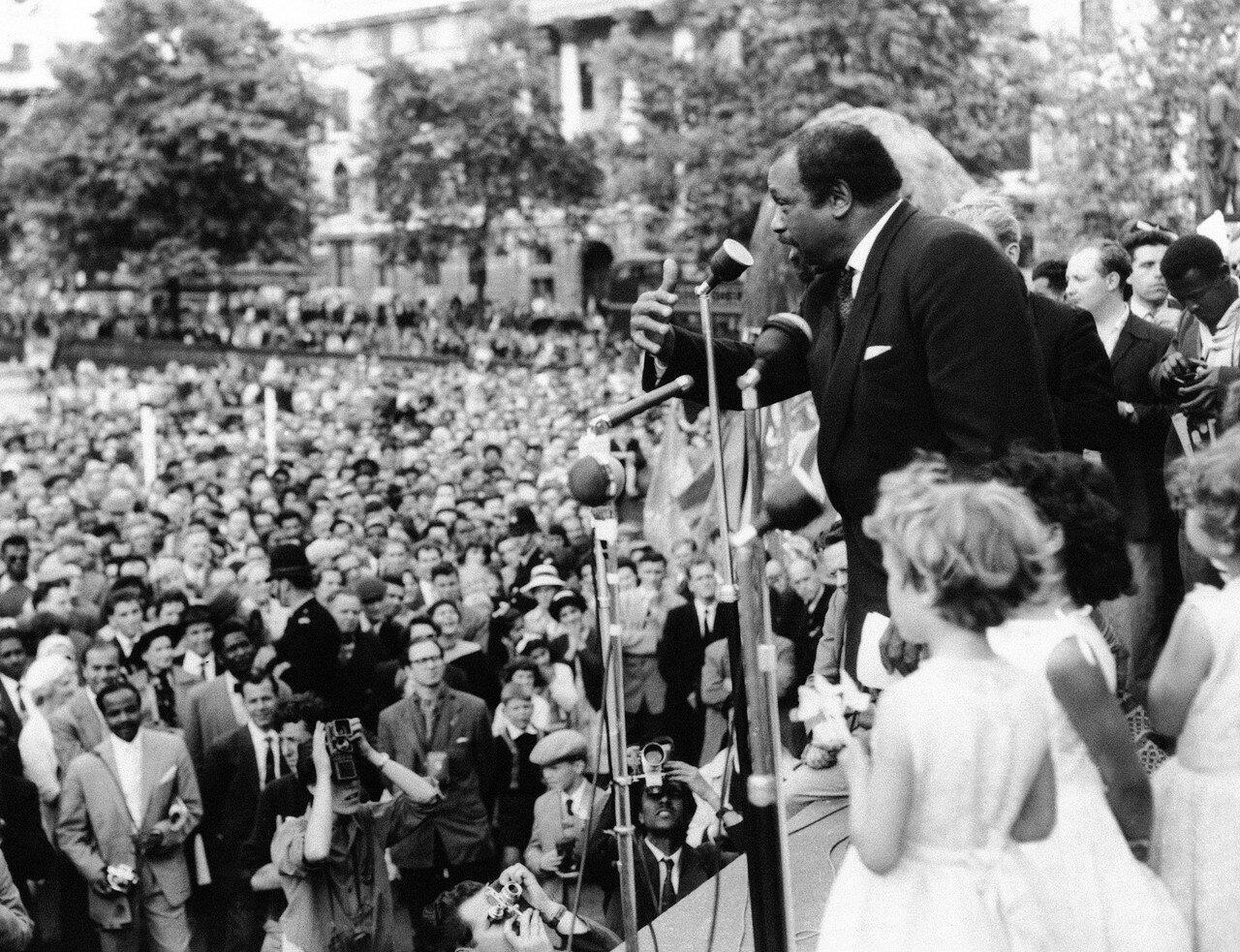 1959. 28 июня. Американский баритон Поль Робсон обращается к толпе собравшейся на Трафальгарской площади с призывом выступить против испытаний водородной бомбы