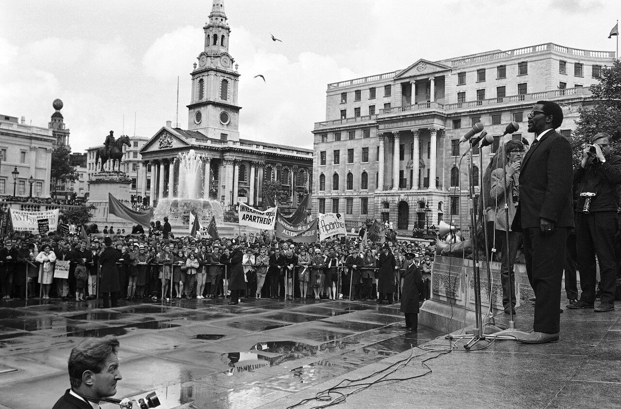 1968. 23 июня. Оливер Тамбо, Генеральный президент Южно-Африканской конгресса обращается к членам движения против апартеида во время митинга на Трафальгарской площади