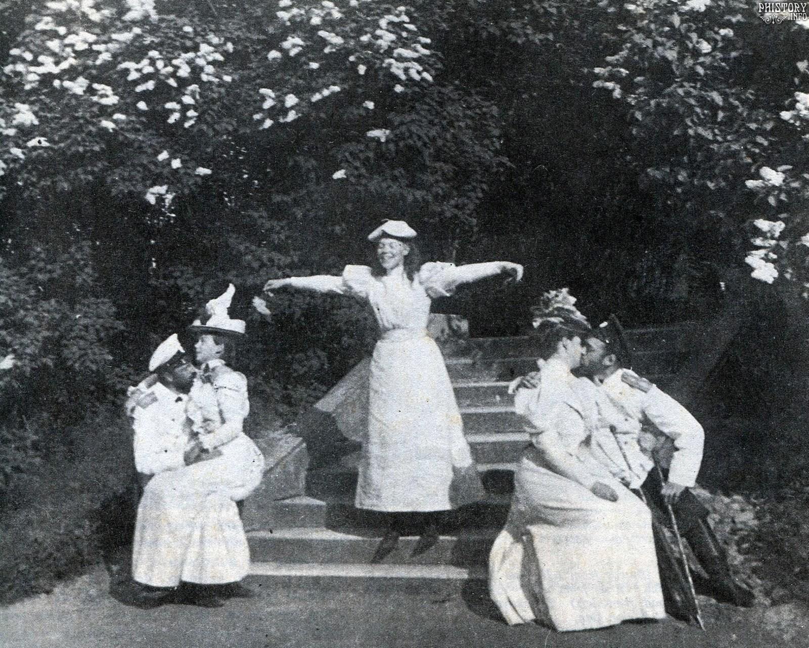 Гатчинский парк. Члены императорской семьи во время отдыха. 1897