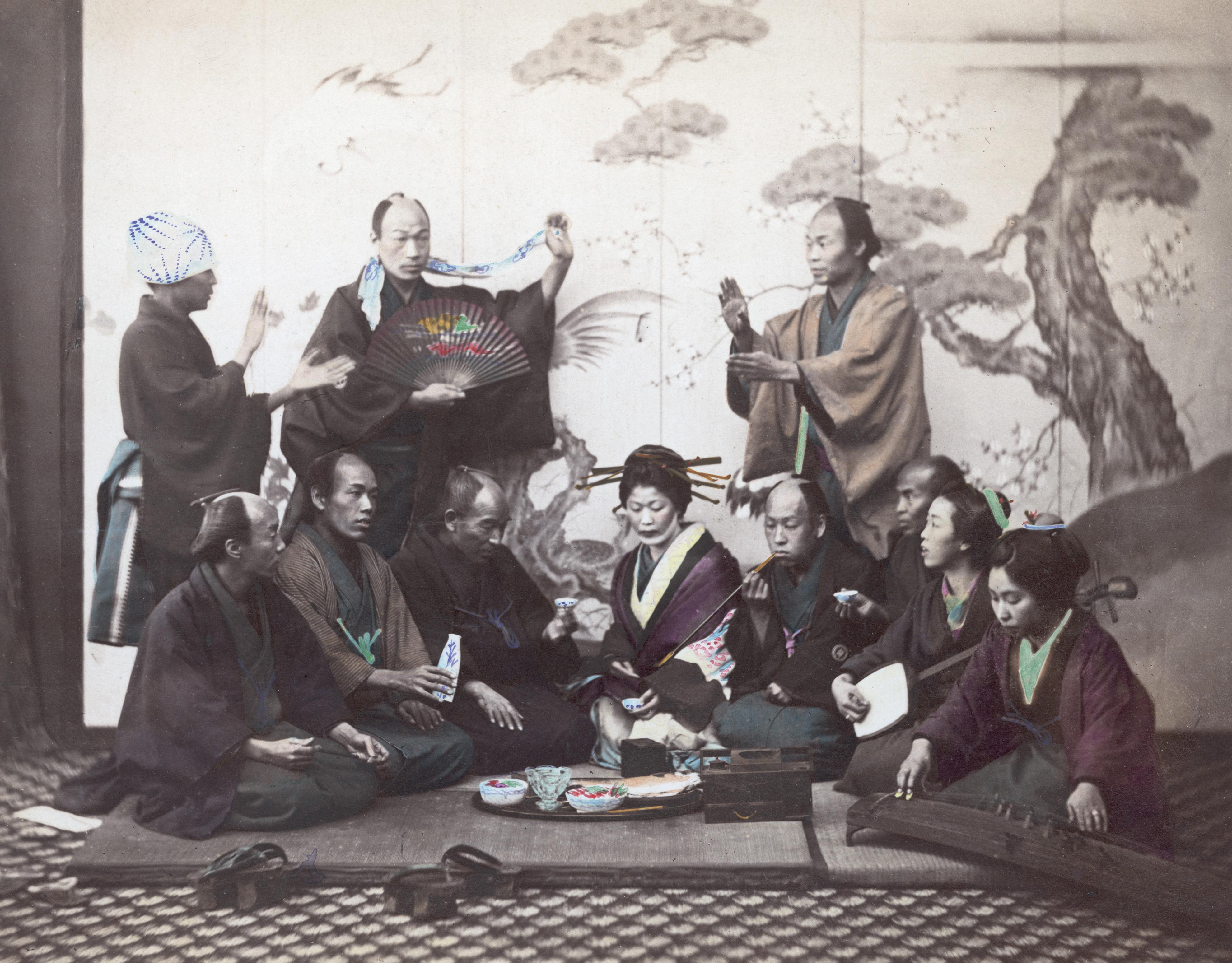 Застолье в Японии. Две дамы справа играют сямисэн и кото. Примерно 1865