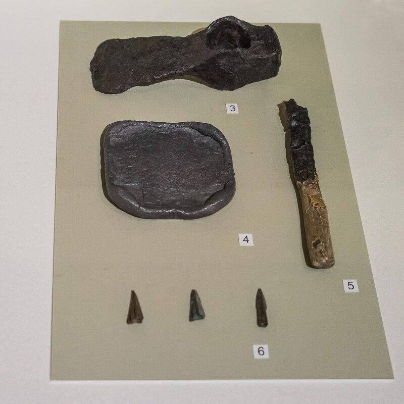 Мотыга, гиря, нож, наконечники стрел