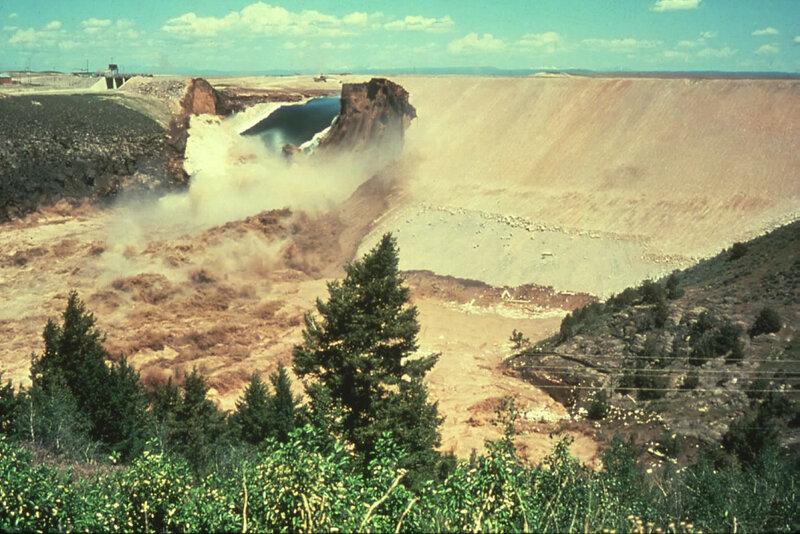 Прорыв плотины Teton в Рексбурге, штат Айдахо, 5 июня 1976 года. Самая высокая из всех когда-либо прорванных.jpg