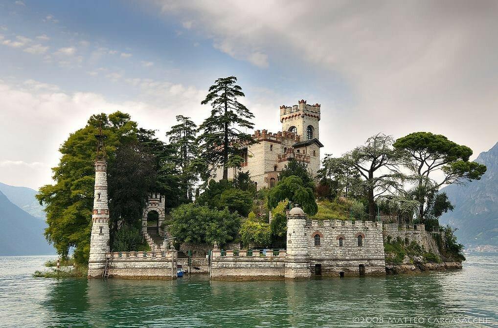 Замок на море картинка