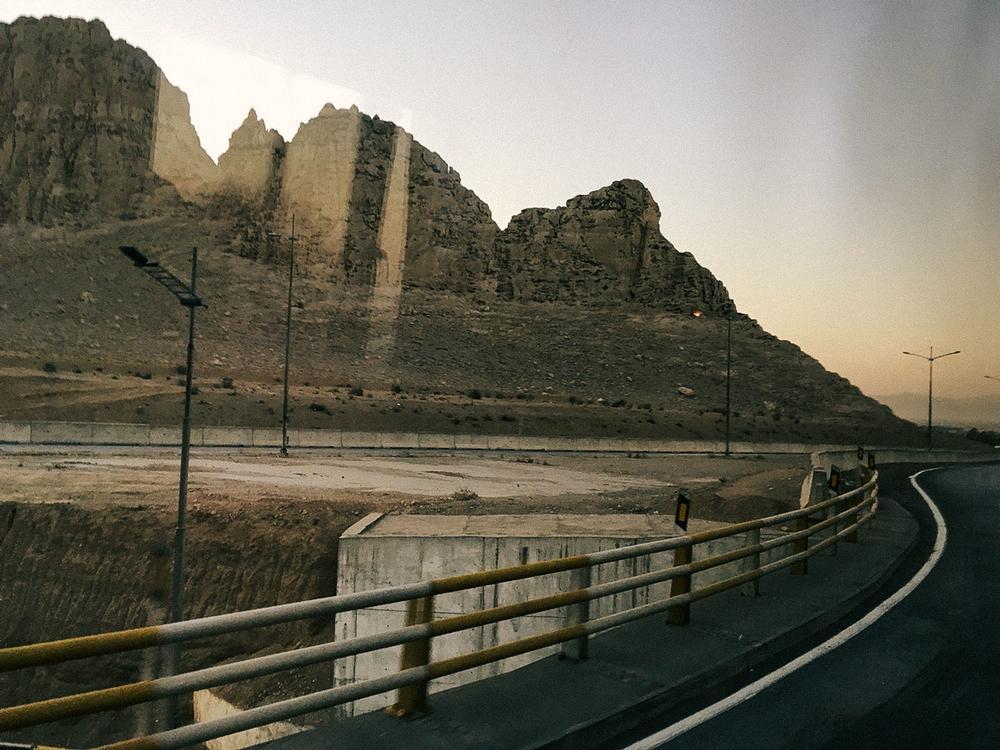 Где-то между Ширазом и Исфаханом. «Я не собиралась путешествовать по Ирану на колесах, но это стало