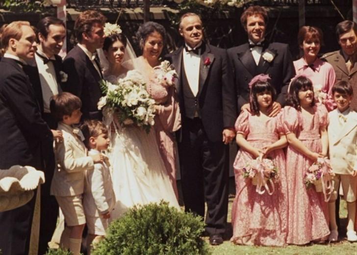 Веселая семейка. Чтобы добавить ощущения реальности в свадебных сценах (а также потому, что у него б