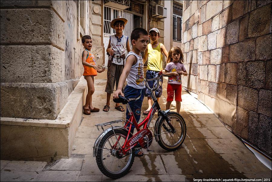 1. Мальчишки на улицах старого города в Баку.