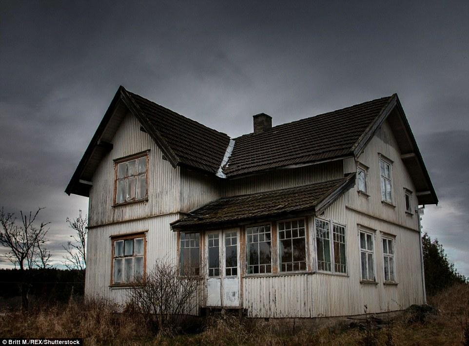Этот дом стоит под темными небесами Акерсхуса в Норвегии.
