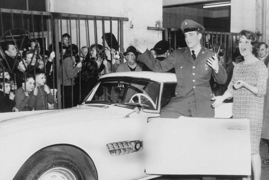 Авто был приобретен Пресли 20 декабря 1958 г во время срочной службы в Германии. До продажи одно вре