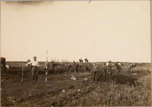 Солдаты 1-й роты 7-го железнодорожного батальона во время постройки ширококолейного тупика для разгрузки прибывающего имущества парка (земляные работы).