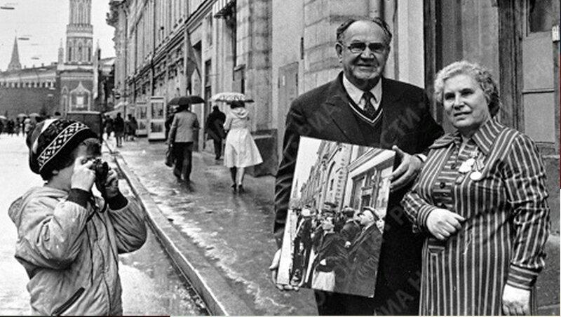На фото Анна Трушкина и фотокорреспондент Евгений Халдей, снимавший ее в первый день войны..jpg
