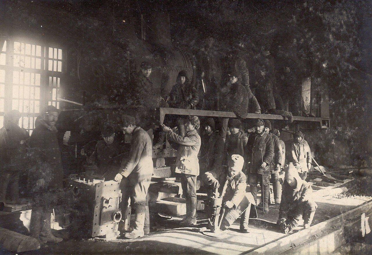 1928. Ремонт паровоза в мастерской Побединского рудника