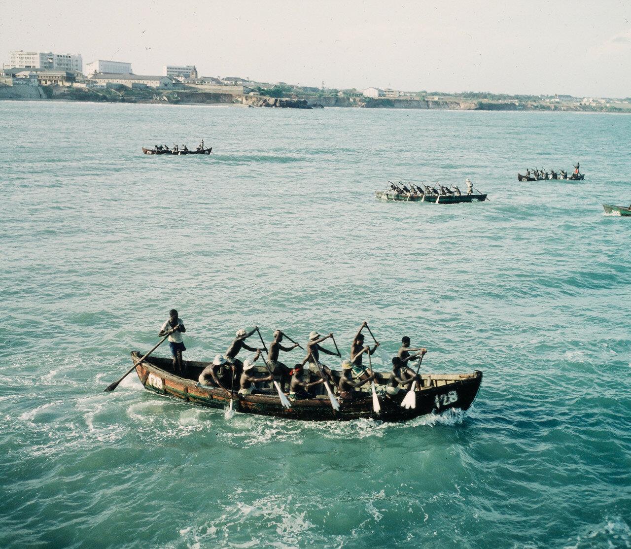 Прибойные шлюпки направляются к грузовым суднам для перевозки грузов на берег, 20 апреля